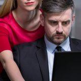 """""""Sono attratta dal mio capo"""": l'impiegata Laura racconta in diretta le sue fantasie"""