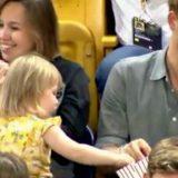 La bambina ruba i popcorn al Principe Harry: la sua reazione è imperdibile