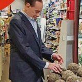 Berlusconi in Autogrill: dimagrito e abbronzato con la noce di prosciutto al pepe