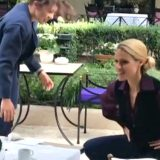 Michelle Hunziker e Aurora fanno stretching al ristorante, ma non finisce bene