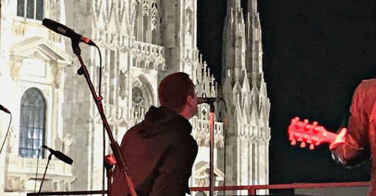 """Liam Gallagher, show gratuito a Milano: piazza Duomo canta """"Wonderwall"""""""