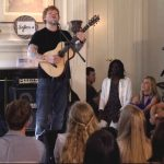 """C'è Ed Sheeran in salotto: l'esibizione gratis con """"Shape Of You"""" fra camino e divano"""