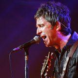 """Noel Gallagher canta live """"Champagne Supernova"""" e il fratello Liam lo critica su Twitter """"E' irritante"""""""