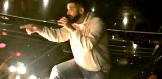 """Drake sospende lo show e minaccia il molestatore: """"Se non la smetti ti faccio vedere"""""""