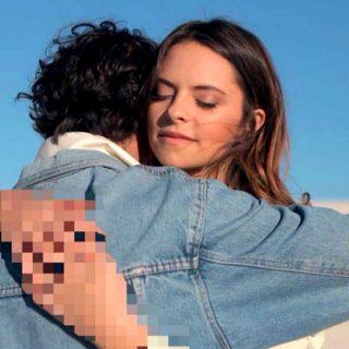 L'abbraccio censurato nella copertina della nuova canzone