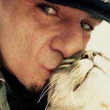 """J-Ax, l'ultimo saluto al suo gatto: """"Non te l'ho mai detto, ma mi hai salvato la vita"""""""
