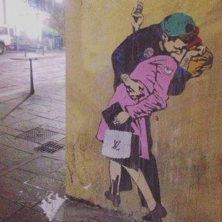 Il bacio Fedez-Ferragni fra i 5 murales apparsi a Milano