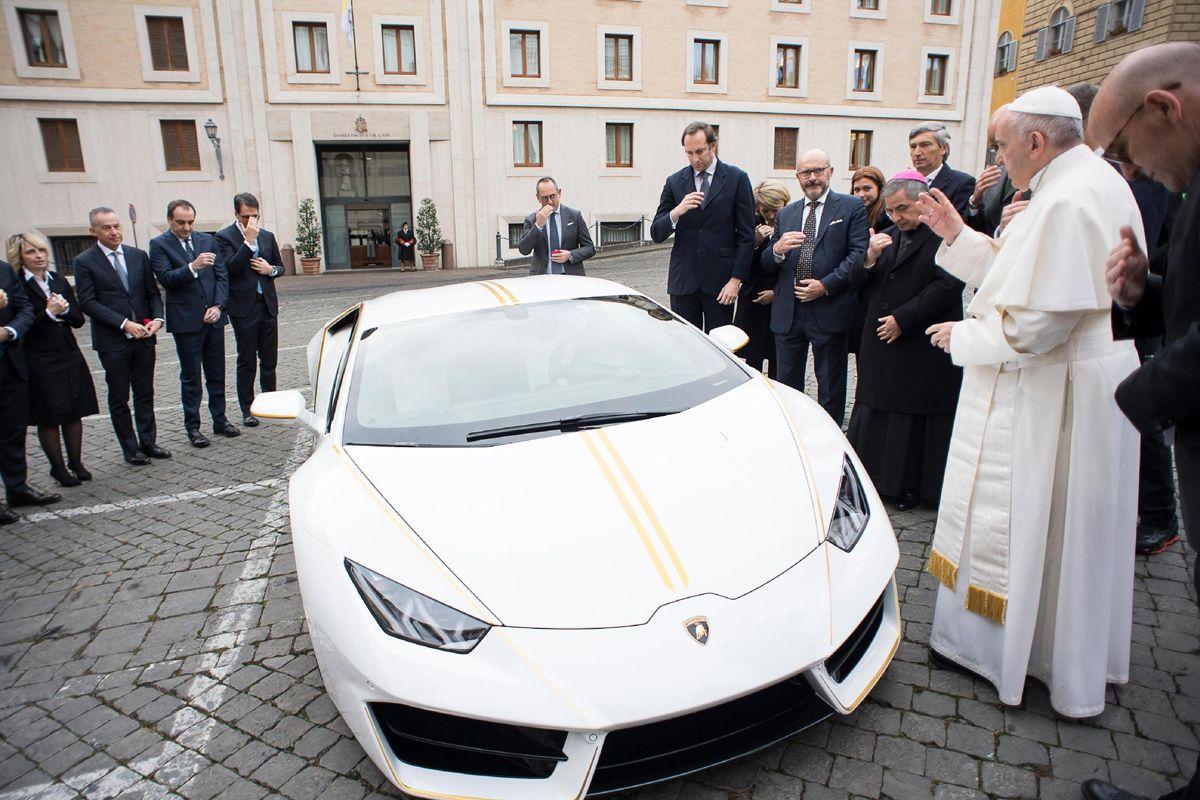 Una Lamborghini per il Papa. | Radio Deejay
