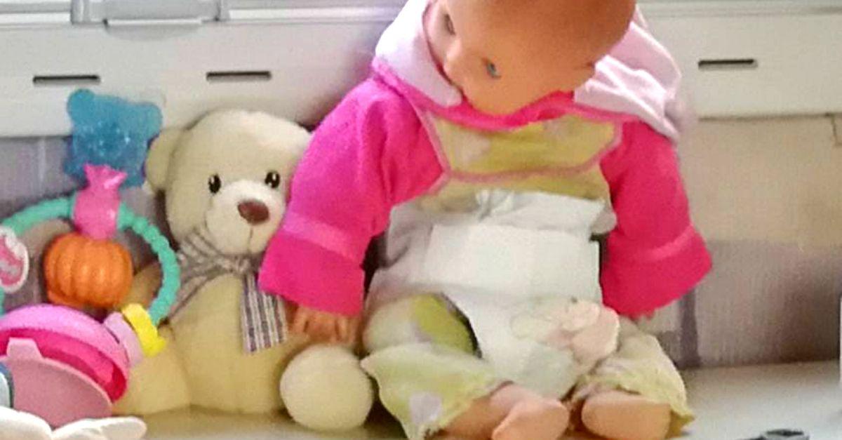 """Rubata bambola della mamma passata alla figlia: """"Aiuto, qualcuno ce l'ha in soffitta?"""""""