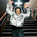"""Francesca Michielin balla """"No Diggity"""" sulle scale della metropolitana"""