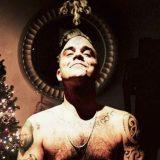 """Robbie Williams nudo per Natale: """"Chi vuole un bacio sotto il vischio?"""""""