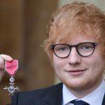 """Buckingham Palace. Ed Sheeran riceve l'MBE e rompe il protocollo """"toccando"""" il Principe Carlo"""