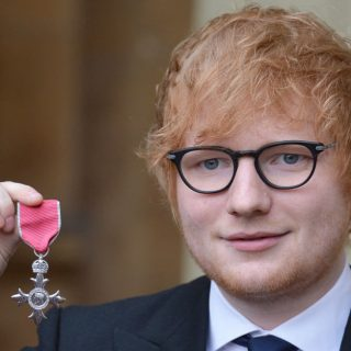 """Ed Sheeran rompe il protocollo """"toccando"""" il Principe"""