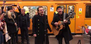 Berlino. Gli U2 suonano a sorpresa in metropolitana
