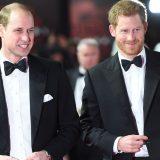 """William e Harry alla prima del """"loro"""" Star Wars: l'inchino del droide sul red carpet"""