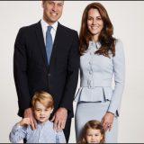 William e Kate (senza pancia) con i figli George e Charlotte nella cartolina di Natale