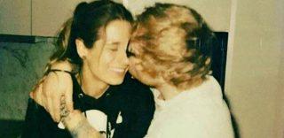 Ed Sheeran si sposa con l'amica di infanzia: una foto annuncia il fidanzamento