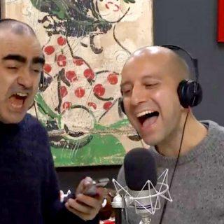 Matteo Curti canta gli U2: il karaoke in diretta con Elio