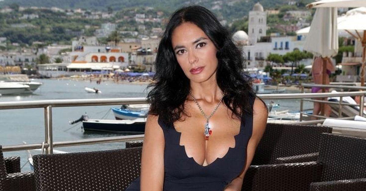 """""""Ricordi di Taormina"""" ma la foto è scattata a Ischia. Gaffe social per Maria Grazia Cucinotta"""