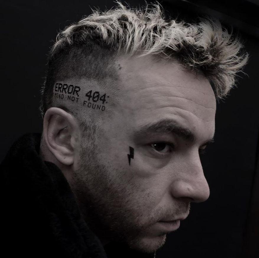 Foto Rapper italiani coi tatuaggi in faccia - Radio Deejay 8f5bf9dec101