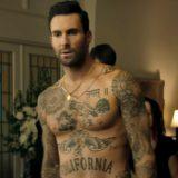 Adam Levine rimane in boxer (e in una bara) nel video dei Maroon 5 'Wait'
