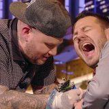 #EPCC. Jake La Furia tatua Alessandro Cattelan durante lo show