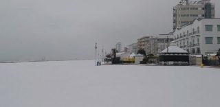 Jesolo, lo spettacolo della spiaggia imbiancata dalla neve
