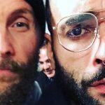 Il nuovo look di Marco Mengoni: capelli cortissimi, occhiali e septum piercing. La foto con Jovanotti