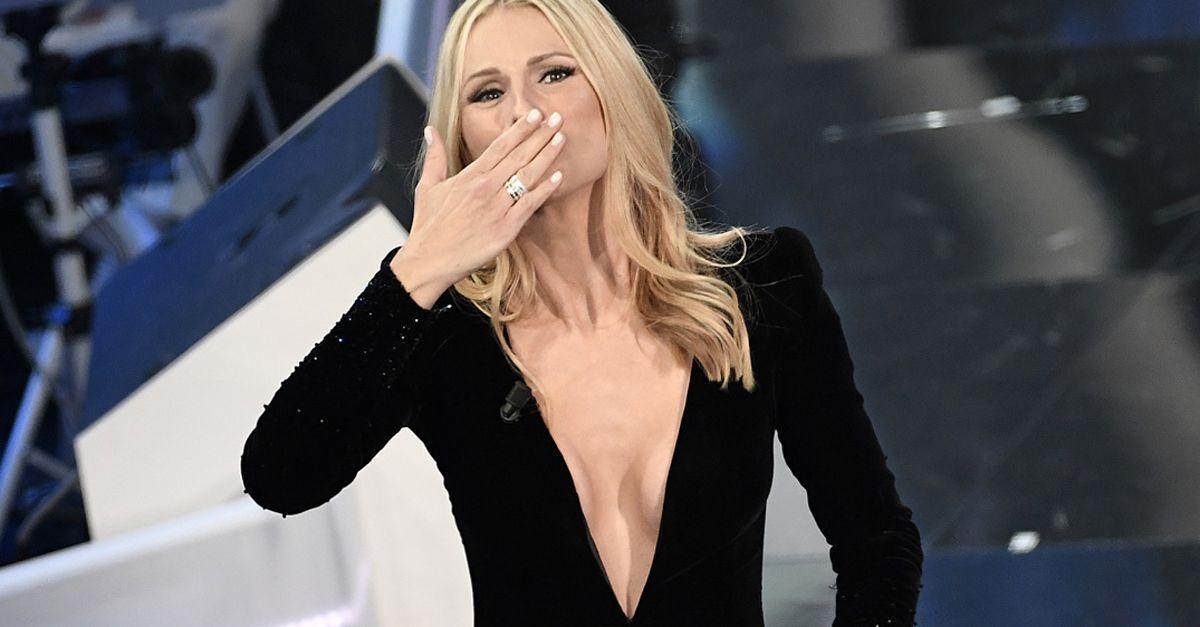 competitive price 454ff a7acb La scollatura di Michelle Hunziker a Sanremo   Radio Deejay