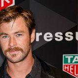 Chris Hemsworth cambia look: addio alla barba di Thor. Il video della trasformazione