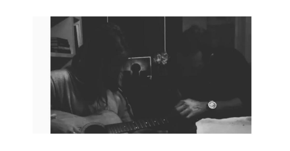 Chris Martin dà lezioni di chitarra alla figlia: il video della ex moglie Gwyneth Paltrow