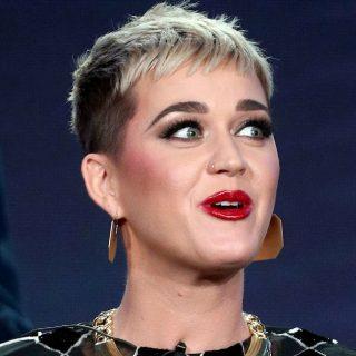 Katy Perry cade dai tacchi e l'abito mostra il lato B