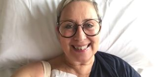 """Carolyn Smith sul cancro """"Lo caccio fuori quel bastardo"""", il messaggio dall'ospedale"""