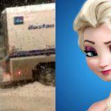 Boston, uomo vestito da Elsa di Frozen soccorre il furgone della polizia. il video è virale