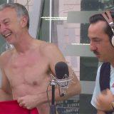 Spogliarello in diretta a DJCI: Linus a torso nudo (su invito di Malgioglio)