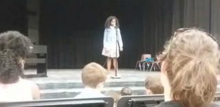 Bimba si blocca durante l'esibizione: in suo aiuto la voce della mamma