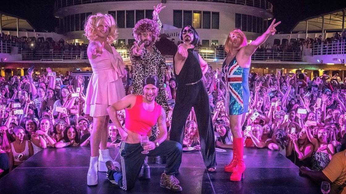 """I Backstreet Boys si trasformano nelle Spice Girls e cantano """"Wannabe"""""""