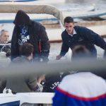 Liberato live a Napoli: arriva dal mare e ad attenderlo sono in ventimila