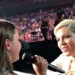 Fan di 12 anni canta durante il concerto di Pink: la sua voce è angelica