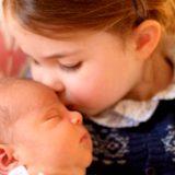 Principe Louis: il bacio della principessa Charlotte nelle prime foto di mamma Kate