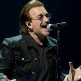 Bono cade dal palco durante il concerto a Chicago