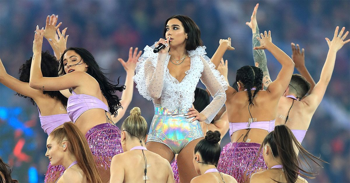 Finale Champions League, scende in campo Dua Lipa: la performance