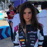 Emily Ratajkowski pilota per un giorno: sfreccia su un bolide di Formula E