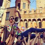 Bologna, delirio in centro per il nuovo video de Lo Stato Sociale