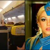 """Lo steward come Britney Spears: balla """"toxic"""" durante il volo"""