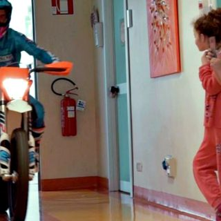 Motocross in ospedale con bimbi a bordo: la terapia gratuita