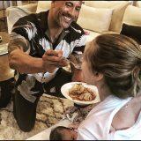 The Rock, muscoli e dolcezza: imbocca la compagna mentre lei allatta la figlia