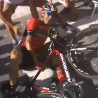 Vincenzo Nibali cade e si ritira per colpa di un tifoso