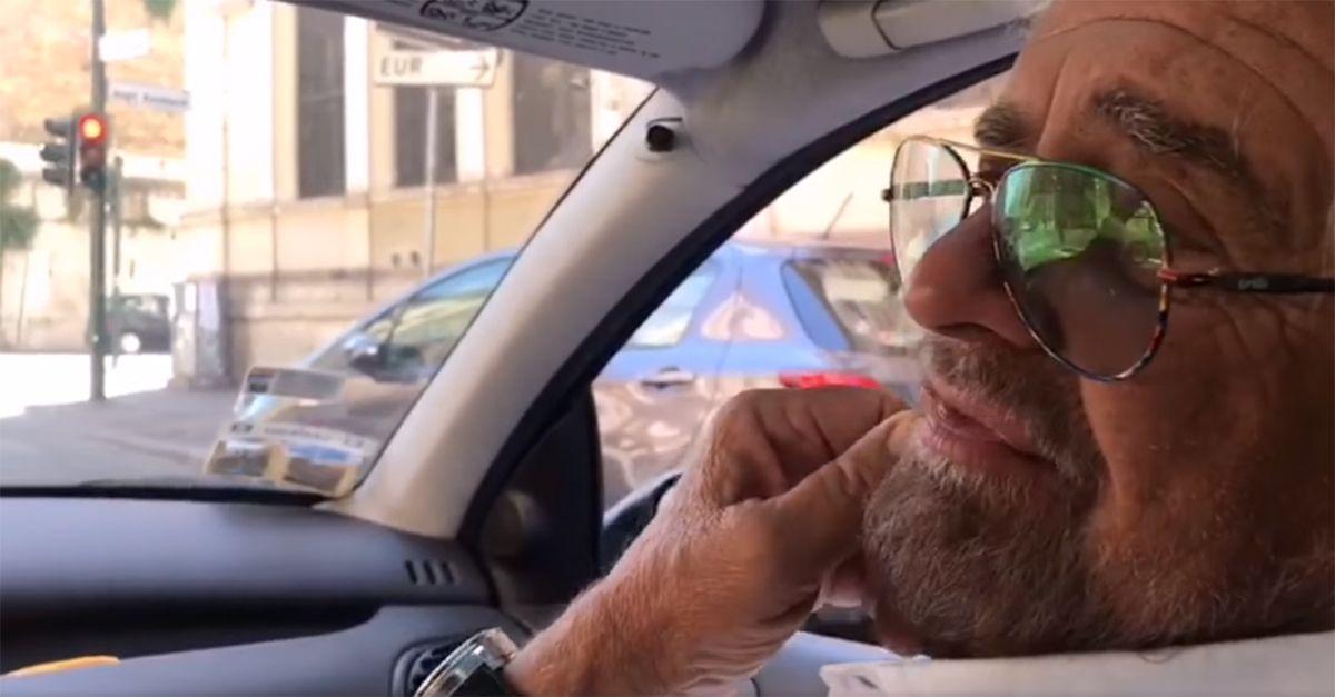 """Beppe Grillo per le strade di Roma: """"Qui non vedo buche"""". La parodia di Ciao Belli"""