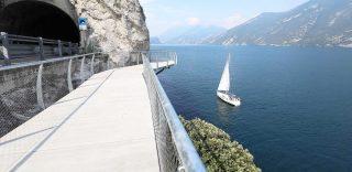 Garda by bike, inaugurata la pista ciclabile con una vista mozzafiato a picco sul lago